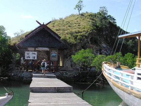Een van de eilanden van het Komodo national park waar men op zoek gaat naar de Komodo varanen