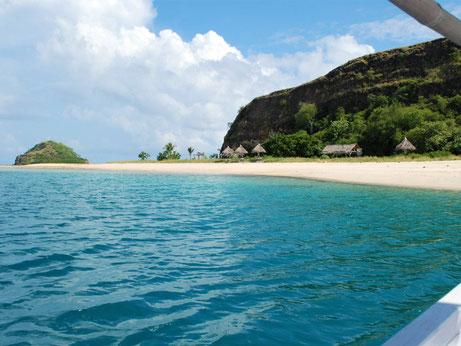 Uitzicht op een van de eilandjes van het pulau 17 national park op Flores