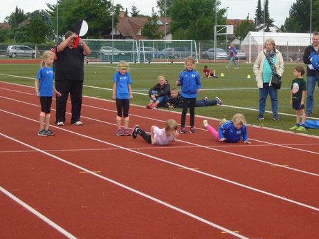 ...auf die Plätze...beim Kinderleichtathletikwettkampf aus der Bauchlage, anstelle Startblock ;-)..
