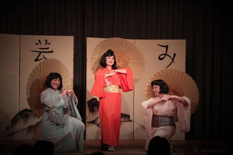 """Szenenbild """"Drei junge Damen"""" - Der Mikado (2017)"""