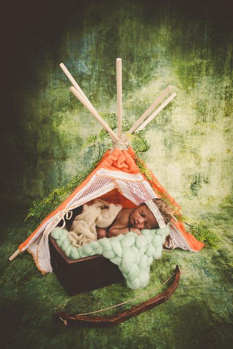 newborn in een tent