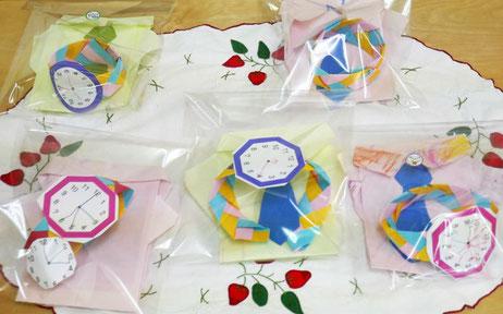 幼児教室の幼稚園児クラスで父の日のプレゼントを制作。制作した腕時計と似顔絵をラッピングしました。