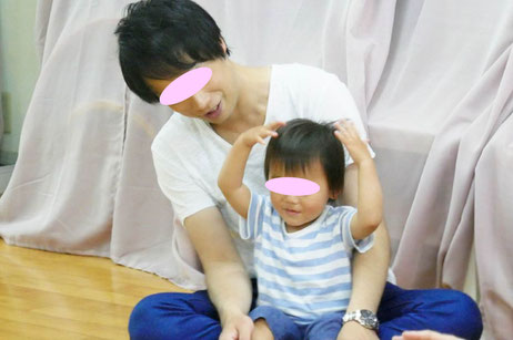 幼児教室のステッラコース(1歳児)レッスンにお父様が参加され、お子さまといっしょにリトミックを行いました。