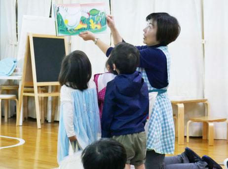 お弁当を食べたあと、先生に絵本を読んでもらう時間が生徒たちは大好きです。