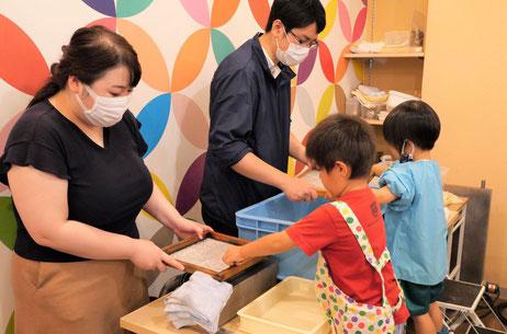 幼稚園児クラスの文化・社会活動で紙すき体験を行いました。