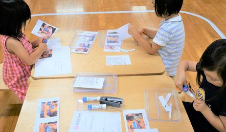 幼稚園児クラスの文化・社会活動で紙すき体験を行い、絵本にしました。