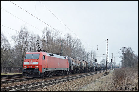 Am 18. Februar 2015 hat 152 031-1 einen Kesselwagenzug am Haken als sie Leipzig-Thekla durchfährt