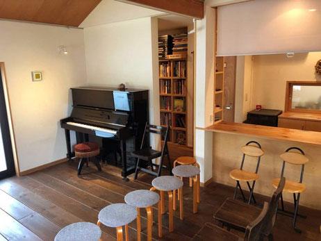 室内にはピアノもあり、ホームパーティーにも適しています。庭には車2台分の駐車スペースとテラスも完備