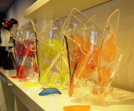 Kunst & Design Einzelanfertigung Acrylglas Vase groß mit getrockneten  Blättern, in das Material eingebettet.