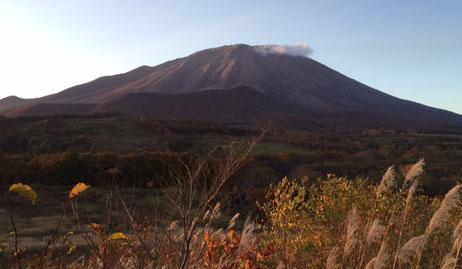 八幡平からペンションへの帰り道、春子谷地にて私の好きなお決まりの構図。 秋の夕方、岩手山と鞍掛山。