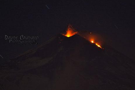 Esplosione stromboliana e inizio della colata dall'alto fianco nord-orientale del NSEC. Foto ripresa da Davide Caudullo