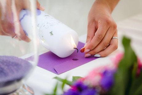 Ritual, symbolische Handlung: Versiegeln des Eheversprechens mit dem Wachs der Traukerze
