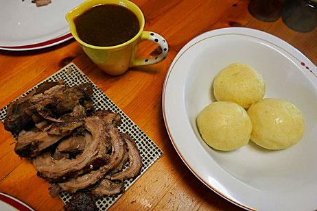 Kartoffelklöße mit Wildschweinrollbraten