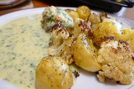 Gebackener Blumenkohl und Kartoffeln mit Mais-Kerbel-Soße, auch als vegane Variante, aromatisch mit Rosmarin