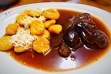 Gnocci aus Süßkartoffeln und Dinkelmehl in Butter/Öl geschwenkt und mit geriebenen Käse, an herzhaft-aromatische Pflaumensoße