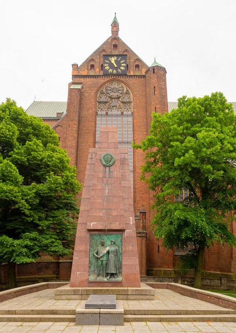 das sowjetische Kriegerdenkmal vor der Marienkirche