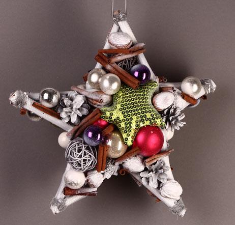 Stern mit weißem Rahmen und verschiedenfarbigen Glaskugeln
