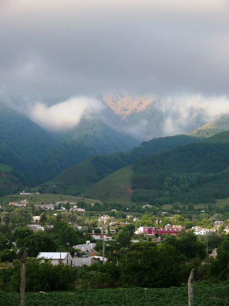 Immer mehr Regenwolken kriechen in das Tal (Foto Jörg Schwarz)