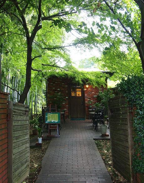 7月19日(2015)木々に囲まれたカフェ:府中市の東京競馬場近く、妙光院の隣にある「菩提樹」というカフェ