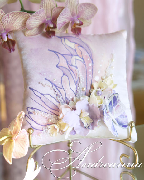 подушечка «Порхающие бабочки» стоимость 450грн.