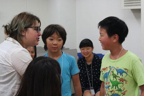 12日:イギリス人講師と参加者(小学生)
