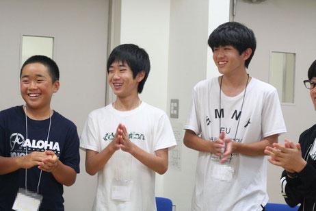 英語ゲームを楽しむ参加者(中学生・高校生)