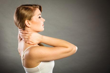 Erste Anzeichen von chronischem Stress z. B. Nackenschmerzen.