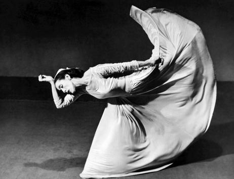 """Photographie de Martha Graham alors qu'elle interprète """"Letter to the World"""" (aussi appelé """"The Kick"""") en 1940 (photo de Barbara Morgan/Underwood Archives)"""