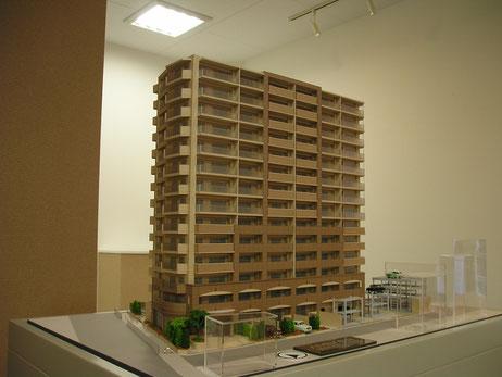 モデルルーム展示用の建築模型|アオキ模型工房||  スケールは外観模型で1/50、1/75、1/100など様々。マンションは外観模型のほか、室内模型、卓上模型(商談テーブル用)、地形模型(近隣の利便性の説明用)があります。
