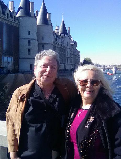 Nosotros en el pont Au Change de la capital francesa, delante de La Conciergerie (isla de la Cité).