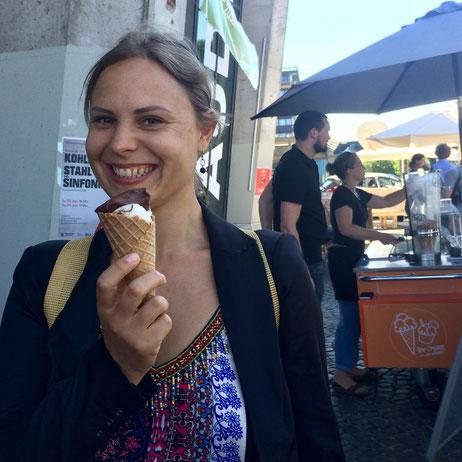 Natalia mit veganem Eis ! :-)