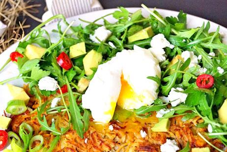 Kartoffelpuffer aus Sükartoffeln mit Rucola und Kräutern und pochiertem Ei