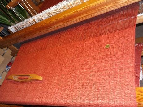Stoff für eine Damendorfhose unter Spannung am Webstuhl