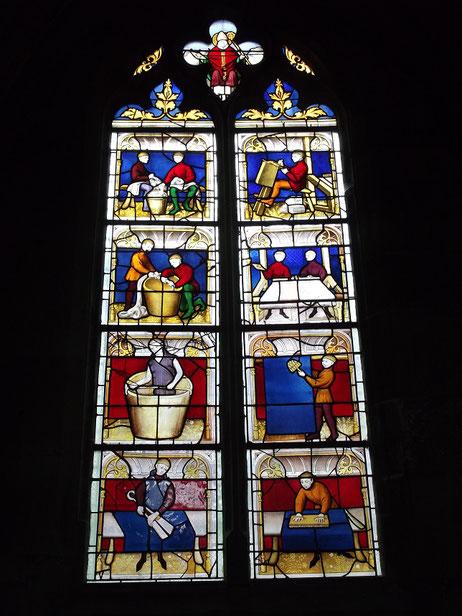 Kirchenfenster im Burgund : die einzelnen Arbeitsschritte der Mantertuchherstellung werden hier anschaulich gezeigt.