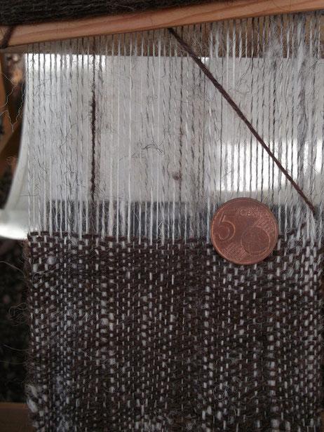 Gewebe aus Handgesponnenen Garnen am Webstuhl