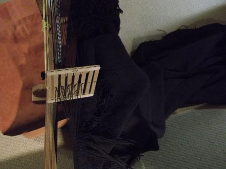 Tuchmantel Herstellung : nachträgliches versäubern des Gewebeanfangs am Bandwebstuhl