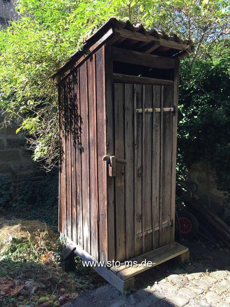Altes Plumsklo über einer Kompostgrube