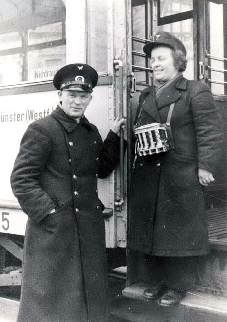 Schaffnerin und Straßenbahnführer