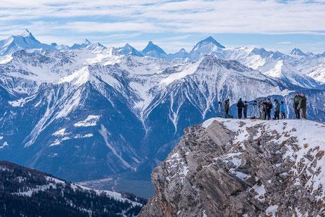 Viel los in den Alpen ... im Hintergrund die wunderbare Silhouette der Schweizer Alpen.