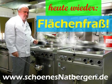 Ein Koch mit Keller verteilt Flächenfraß in einer Großküche