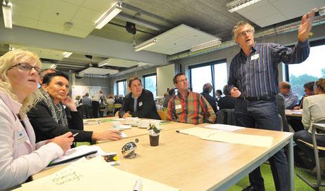 Tijdens werkgroepen hielden de deelnemers aan de onderwijsbijeenkomst zich bezig met diverse thema's (rechts: Alexancer Darányi van de HÖB in Papenburg).