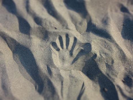 海にて 砂の感触がなんとも気持ちが良かったです 手形