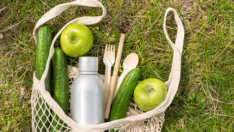 Bildquelle: https://www.freepik.com/free-photo/top-view-food-reusable-bag-grass_7841549.htm