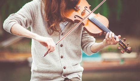 Mädchen nimmt Geigenunterricht München Schwabing