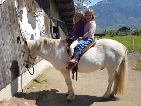 Lea und Nahla mit Gykuur