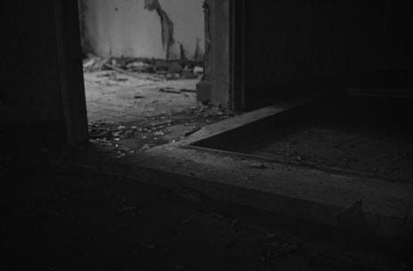 Sassnitz Dwasieden NVA Barracke Heizhaus  Fenster Licht Schwarzweiß Lowkey Mecklenburg Vorpommern fotografie geschichte heimat rügen insel Kalter Krieg Weltkrieg