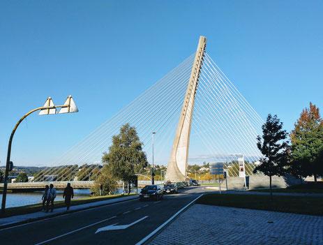die Stahlseile dieser Brücke neben dem Stellplatz schwingen und singen (!) Tag und Nacht