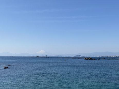 葉山の海と富士山と、森戸大明神の鳥居
