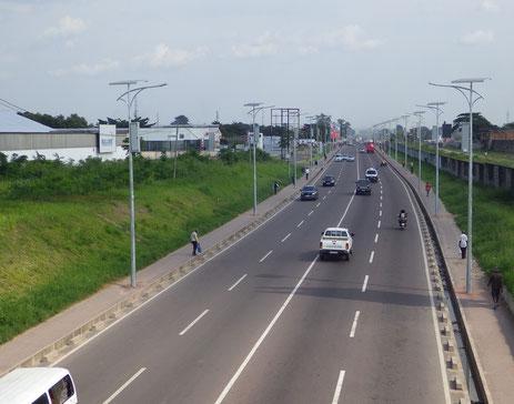 整備されたポワ・ルー通り(太陽光発電による街路灯も設置)