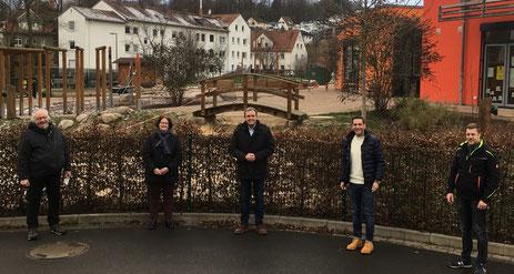 Vor der Kita Abenteuerland, v.l.: Thomas Bös, Andrea Zietz, Karsten Vollmar, Andreas Rey und Jan Saal